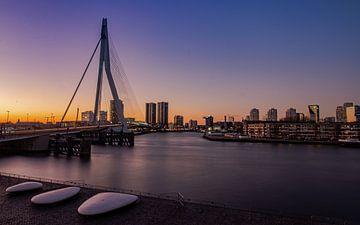 Erasmus-Brücke während der blauen Stunde kurz nach Sonnenuntergang von Arthur Scheltes
