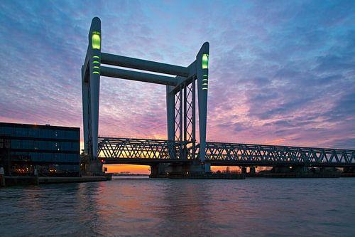 Wolken boven Hefbrug Dordrecht van Anton de Zeeuw