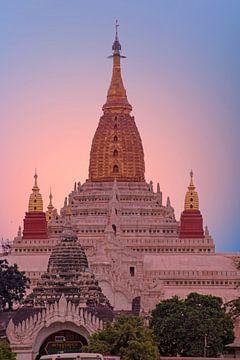 Ananda tempel in Bagan, Myanmar met zonsondergang van Nisangha Masselink