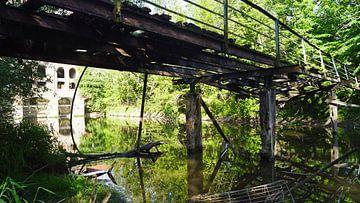 Oude loopbrug bij een molen aan de rivier de Saalein Halle Saale in Duitsland van Babetts Bildergalerie
