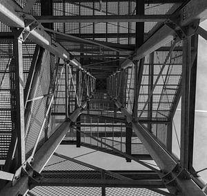 Moderne Metallkonstruktion in schwarz-weiß
