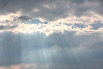 Zonnestralen barsten door de wolken van Ronald Smits