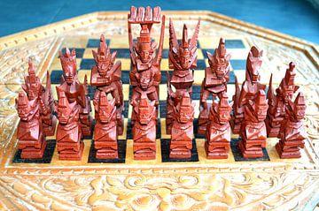 Handgemaakt schaakspel bestaande uit schaakstukken en schaakbord van Ronald H