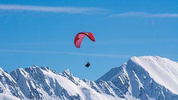 Paragliden tussen de bergen van