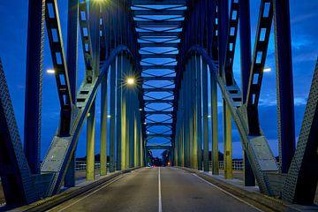 Zwolse IJsselbrug in de schemering van Jenco van Zalk