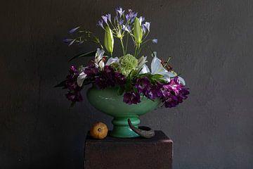 Stilleven van paarse en witte bloemen