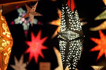 Lichtgevende kerststerren in allerlei kleuren en maten von Vera Boels