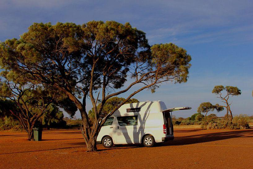 Toyota camper in Outback, Australië van Inge Hogenbijl