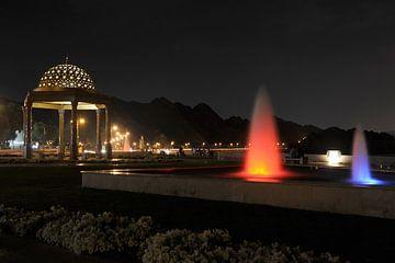 Avondsfeer aan de waterkant in Muscat (Oman) van Alphapics