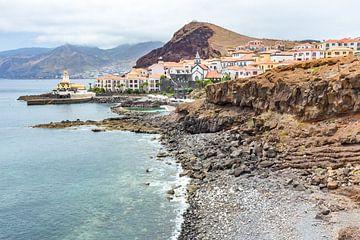 Kust in Madeira Portugal met dorp zee strand en bergen. van Ben Schonewille