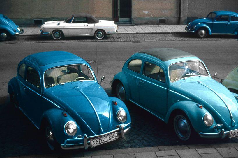 1966 - Volkswagen Kever en Renault Floride van Timeview Vintage Images