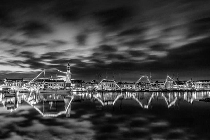 La ville de Kampen avec la flotte marron en noir et blanc sur Fotografie Ronald