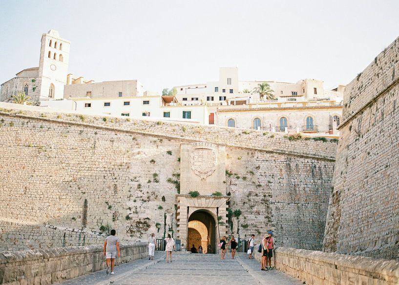 Ibiza stad toegangspoort   Analoge reisfotografie op print   Moderne muurkunst gemaakt in Ibiza, Spa van Raisa Zwart