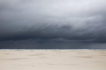 Weißer Strand mit dunklen Wolken auf Teschelling von Karijn Seldam