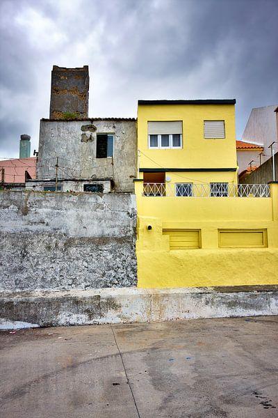 Kleurrijke gele huis donkere wolken van Jan Brons