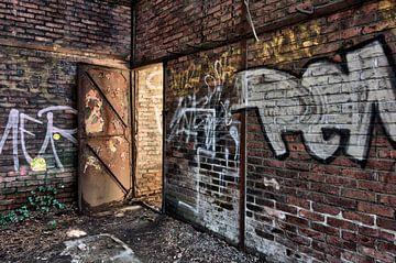 Licht achter de deur, urban exploring van Henk Elshout