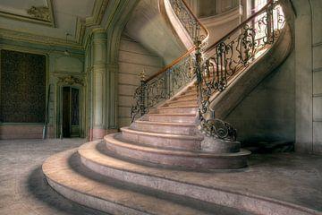 escaliers dans une maison de campagne abandonnée sur Kristof Ven