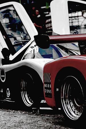 Racecars met vleugeldeuren op het circuit