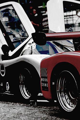Racecars met vleugeldeuren op het circuit van Assia Hiemstra