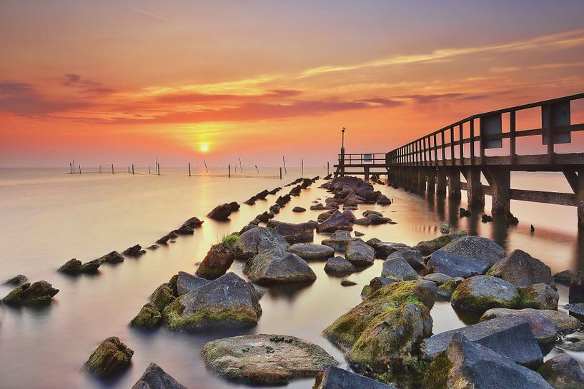 Haveningang Edam Volendam bij zonsopkomst van John Leeninga
