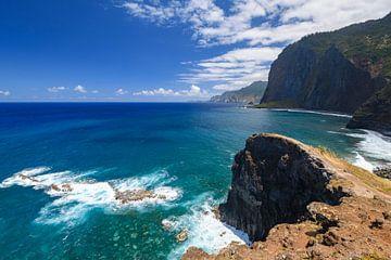 Uitzicht over de kliffen aan de noordkust van het eiland Madeira van Sjoerd van der Wal