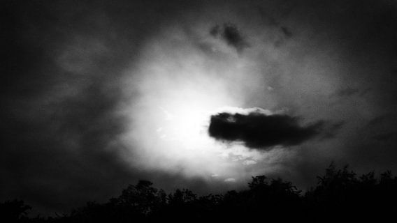 Volle Maan achter de wolk