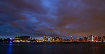 Dunkler Himmel über der Skyline von Rotterdam von Arthur Scheltes