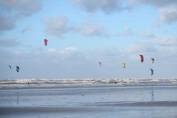 Kitesurfers bij een goede wind van Barbara Brolsma