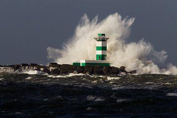 Golf over de vuurtoren van de zuidpier van IJmuiden van Menno van Duijn