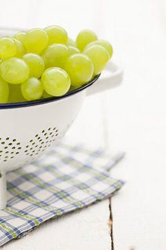 Weiße Trauben in einem Sieb von Ester Ammerlaan
