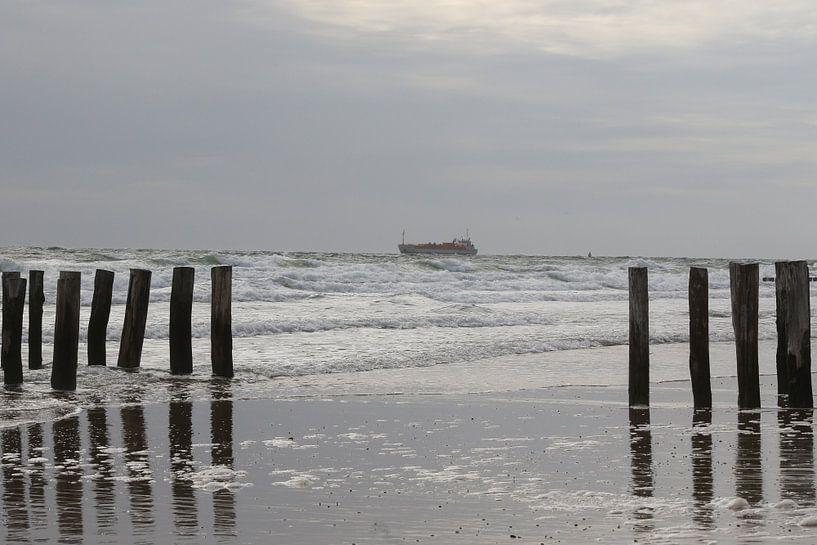 golfbrekers met schip op het strand westkapelle van Frans Versteden