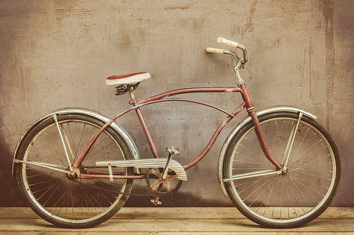 Vintage verrostetes Beach Fahrrad auf Holzboden von Martin Bergsma