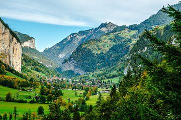 Landschap vanaf de Trummelbachfalle in Zwitserland. van Berend Kok