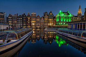 Grachtenpanden Damrak Amsterdam. van Leon Okkenburg