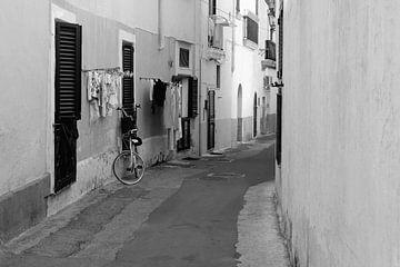 Straße mit Wäsche Apulien von Inge Hogenbijl