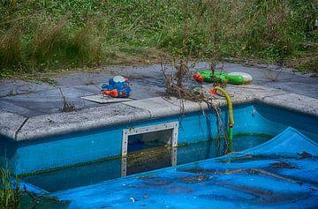 Kinderplezier bij zwembad van Anjo Schuite