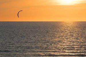 Kitesurfer op de zee