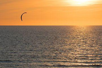 Kitesurfer op de zee van Michel Sjollema