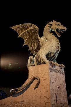 Draak op de drakenbrug in centrum Lubliana, Slovenie laat in de avond van Joost Adriaanse