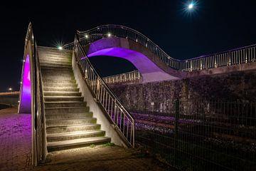 Lila farbiges Designtreppenhaus mit Brückenübergang nachts von Fotografiecor .nl