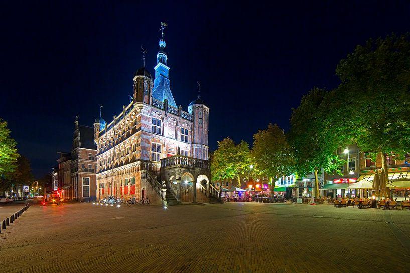 Nachtfoto van De Waag te Deventer van Anton de Zeeuw