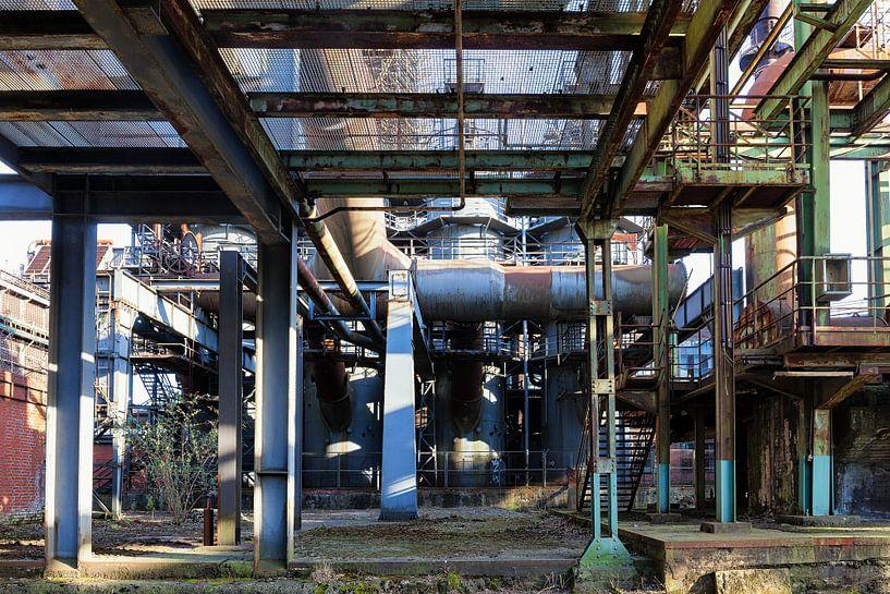 Der Fuß des ThyssenKrupp Hochofens Nr. 5, Landschaftspark Duisburg von Evert Jan Luchies