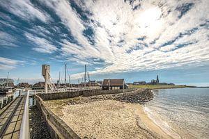 Zicht op t havenhoofd en dijk aan de rand van Hindeloopen, Friesland.