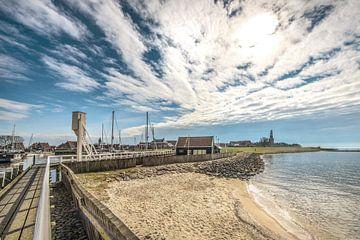 Zicht op t havenhoofd en dijk aan de rand van Hindeloopen, Friesland. van
