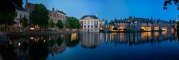 Avondpanorama van de Hofvijver met Mauritshuis en Het Torentje in de avond van Peter van Dam