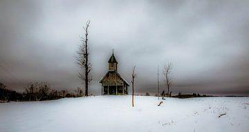 Kerk in Kroatie in een sneeuwlandschap begin februari van Gerco Stokvis