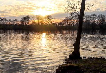 Romatischer Sonnenuntergang in Orange am See