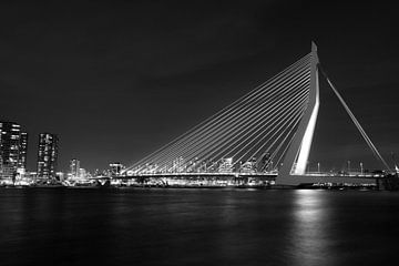 Erasmusbrug Rotterdam over het water in zwart-wit sur Dexter Reijsmeijer