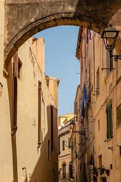 oud straatje in Alghero Sardinie van Eric van Nieuwland