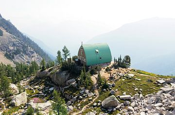 Bergbeklimmers hut diep in de Bugaboo's van Nathan Marcusse